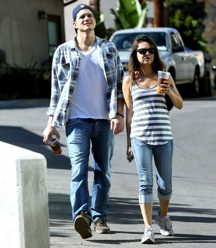 Mila Kunis And Ashton Kutcher Hd Wallpaper For Desktop