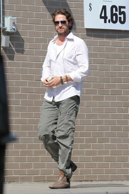 Gerard Butler In Brand Aviator Cargos Fashion