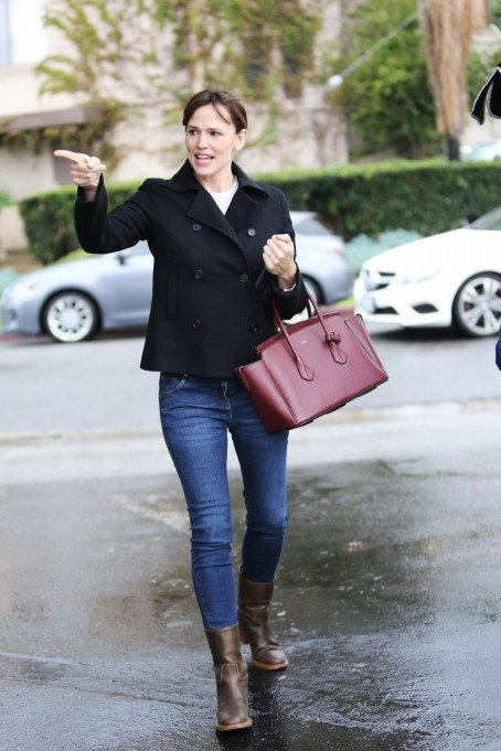 Jennifer Garner Spotted Out Doing Some Christmas Shopping In Santa Monica December