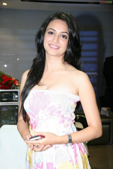 Kriti Kharbanda High Resolution Mirrors