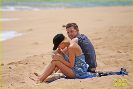 Sam Worthington Lara Bingle Show Off Beach Bodies In Hawaii